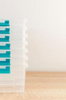 Vue avant des récipients alimentaires en plastique empilés