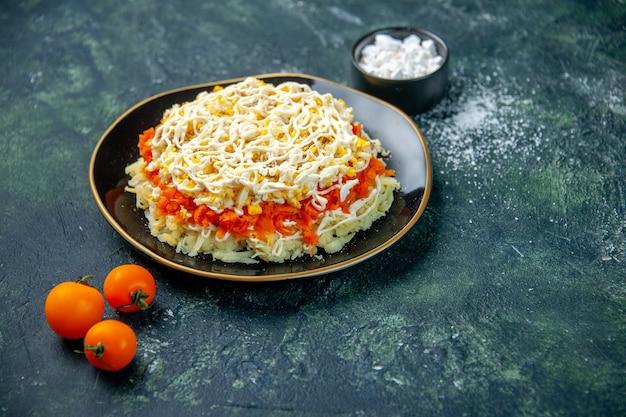 Vue avant de la salade de mimosa à l'intérieur de la plaque sur la surface bleu foncé cuisine vacances anniversaire repas photo cuisine couleur alimentaire