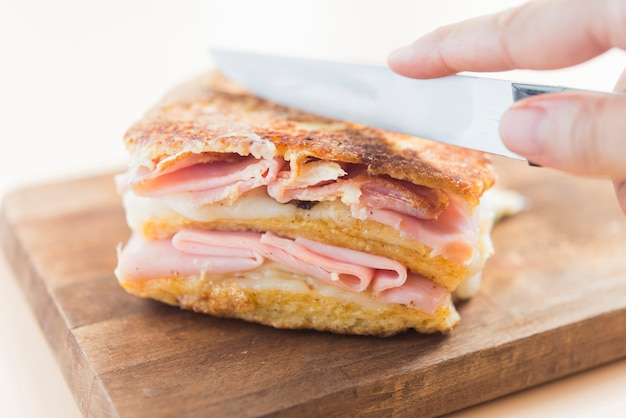Vue avant de sandwich monte cristo framboise