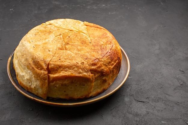 Vue avant de savoureux riz cuit shakh plov à l'intérieur de la pâte ronde sur un bureau gris