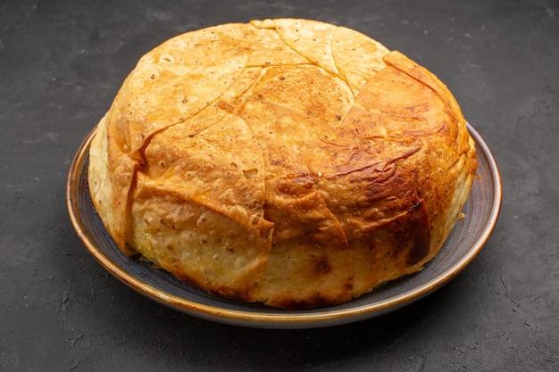 Vue avant de savoureux riz cuit shakh plov à l'intérieur de la pâte ronde sur l'espace gris