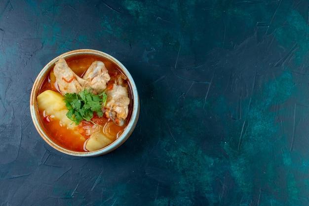 Vue avant de la soupe au poulet avec du poulet et des légumes verts à l'intérieur sur le fond bleu foncé soupe viande nourriture dîner poulet