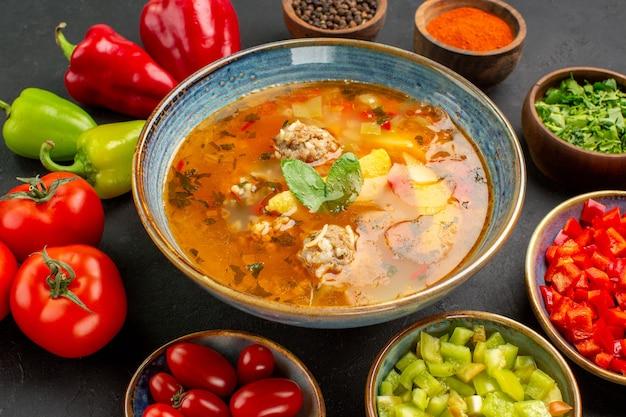 Vue Avant De La Soupe De Viande Savoureuse Avec Des Légumes Frais Sur Un Fond Sombre Photo gratuit