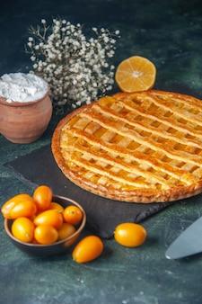 Vue avant de la tarte aux kumquats délicieux sur fond bleu foncé