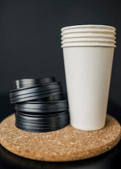 Vue avant des tasses à café en plastique avec couvercles