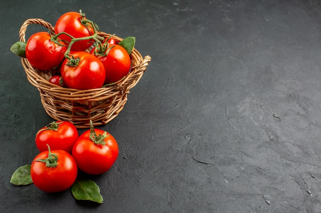 Vue avant des tomates rouges fraîches à l'intérieur du panier