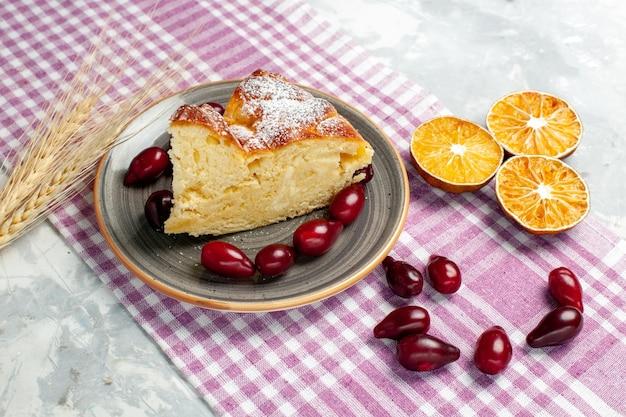 Vue avant de la tranche de gâteau délicieux avec cornouiller rouge frais sur la surface blanche de la tarte gâteau au sucre biscuit aux baies de fruits