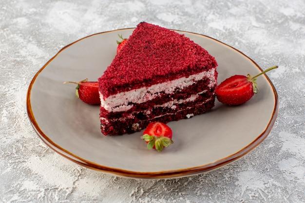 Vue avant tranche de gâteau rouge morceau de gâteau aux fruits à l'intérieur de la plaque avec des fraises fraîches sur fond gris