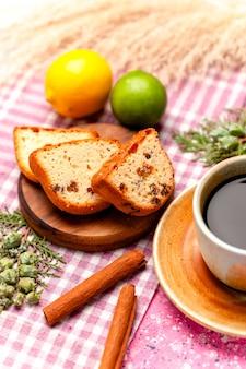Vue avant des tranches de gâteau avec du café et de la cannelle sur le gâteau de surface rose cuire au four biscuit sucré tarte couleur biscuits au sucre