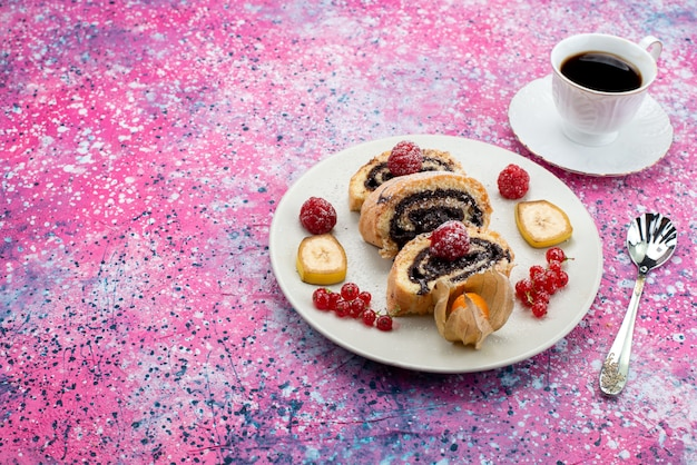 Vue avant des tranches de gâteau de rouleau à l'intérieur de la plaque blanche avec une tasse de café sur un bureau violet