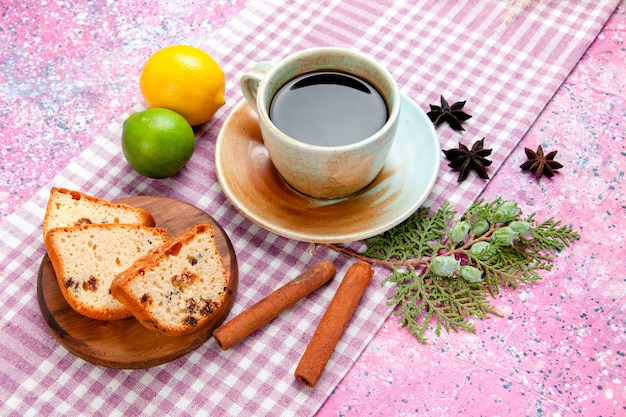 Vue avant des tranches de gâteau avec une tasse de café et de cannelle sur le gâteau de surface rose cuire au four biscuit sucré couleur tarte biscuits au sucre