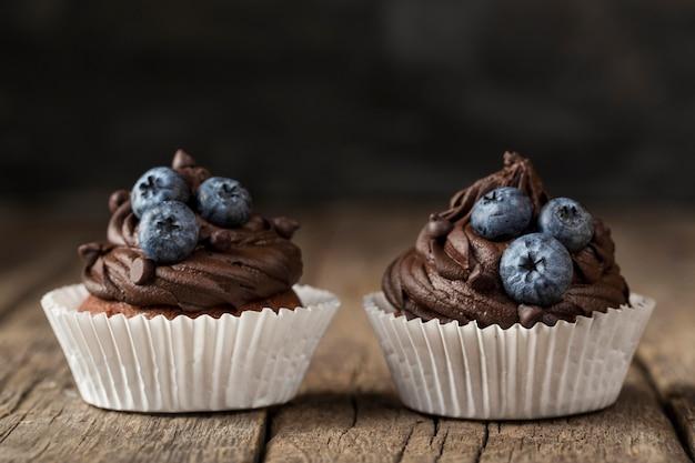 Vue avant vue savoureux petit gâteau au chocolat et myrtilles