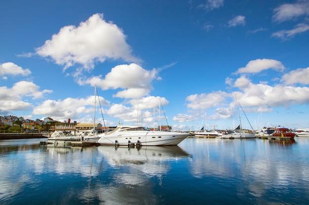 Vue Sur La Baie Du Matin Dans Une Petite Ville Suédoise, La Suède. Maisons Et Bateaux Contre Le Ciel Photo Premium