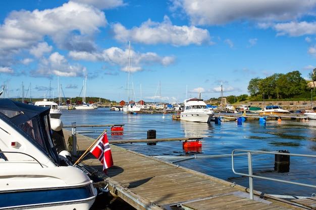 Vue sur la baie du matin dans une petite ville suédoise, la suède. maisons et bateaux contre le ciel