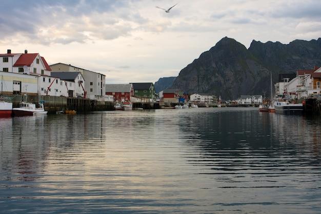 Vue sur la baie du soir honningsvaer, lofoten, norvège