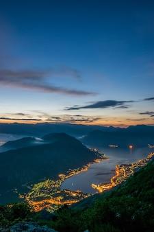 Vue sur la baie de kotor depuis un sommet de haute montagne au coucher du soleil.