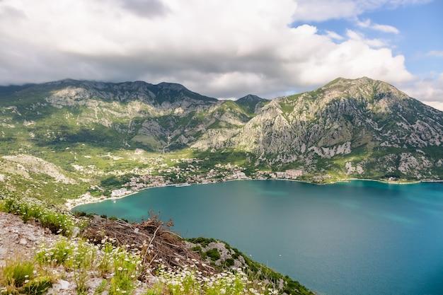 Vue sur la baie de kotor et les montagnes monténégro, patrimoine de l'unesco, la montagne est couverte de marguerites