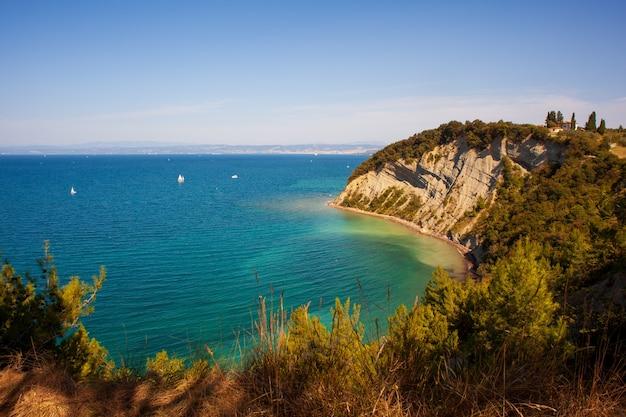 Vue sur la baie de la lune, célèbre plage de la falaise de strunjan sur la côte de la slovénie.