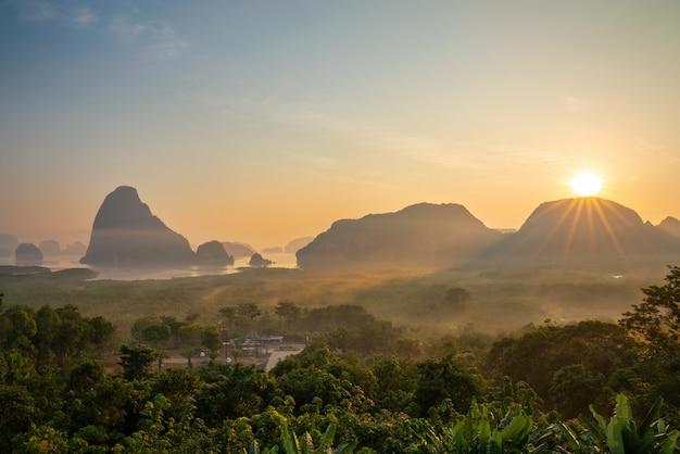 Vue de la baie de phang nga du point de vue de samet nangshe, thaïlande