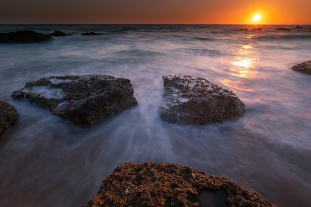 Vue de la baie de roche à conil de la frontera, cadix, andalousie, espagne.
