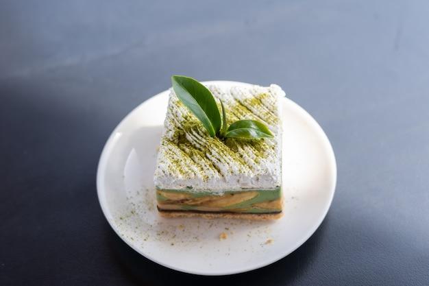 Vue de banoffee gâteau au thé vert mis sur le dessus de la table en bois.