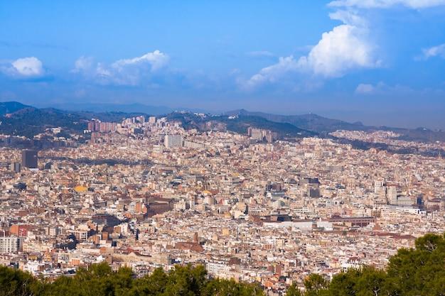 Vue sur barcelone depuis la colline de montjuic, en espagne