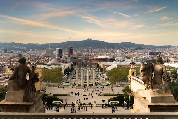 Vue, de, barcelone, espagne plaza de españa au soir avec ciel coucher de soleil à barcelone, en espagne.