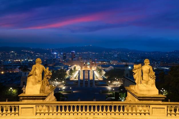 Vue, de, barcelone, espagne plaza de españa au soir avec ciel crépuscule à barcelone, en espagne.