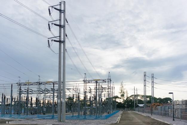 Vue de la barre omnibus d'électricité de haute tension, soutenant et équipement dans le champ d'appareillage