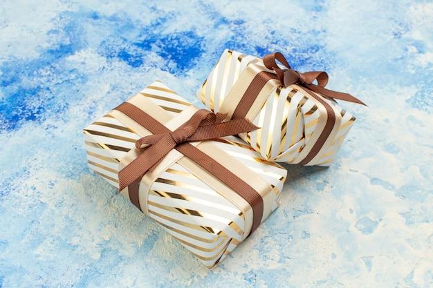 Vue de bas des cadeaux de la saint-valentin sur l'espace libre de fond bleu blanc grunge