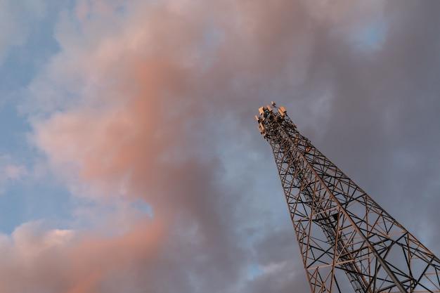 Vue de bas en haut des stations du réseau de base et des émetteurs de téléphonie mobile