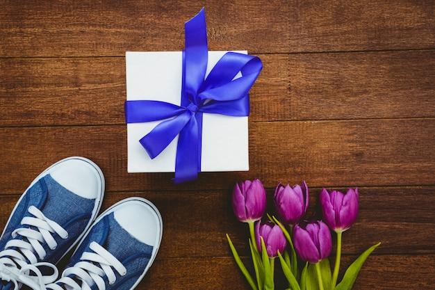 Vue des baskets et cadeau bleu