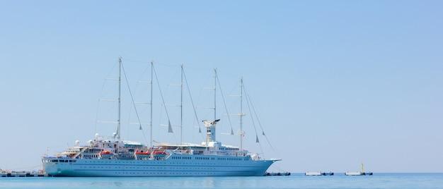 Vue sur le bateau de croisière amarré dans la station balnéaire. concept de loisirs en mer
