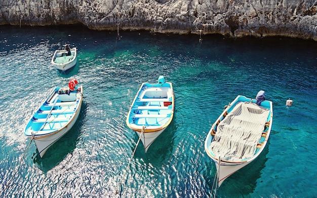 Vue des bateaux maltais traditionnels vides luzzu