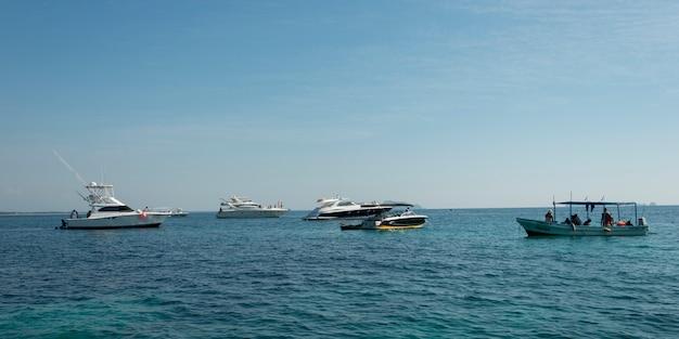 Vue des bateaux en mer, zihuatanejo, guerrero, mexique