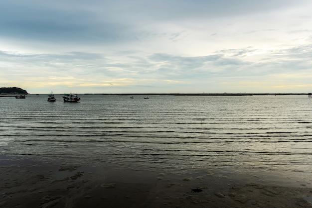 Vue des bateaux de pêche amarrés au bord de la mer le soir, photo longue distance, beau paysage