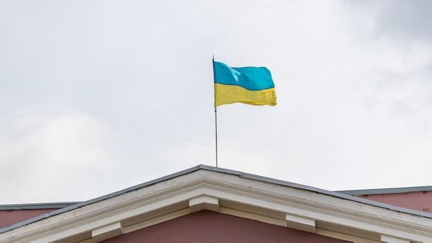 Vue d'un bâtiment avec le drapeau de l'ukraine.