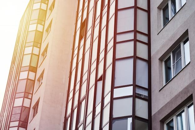 Vue d'un bâtiment moderne dans un paysage urbain