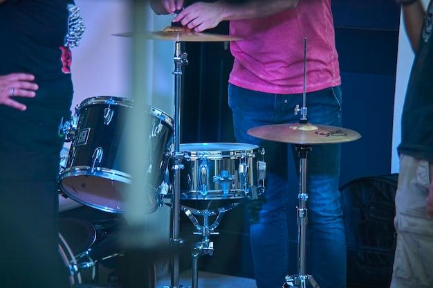 Vue d'une batterie, instrument de musique, du point de vue du joueur, tourné dans une scène prête pour un concert live d'un groupe de rock.