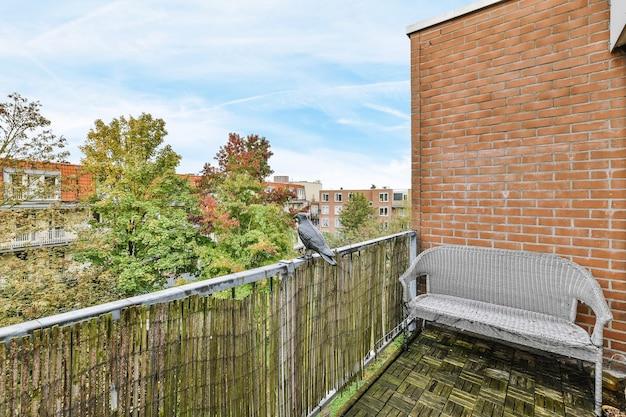 Vue sur le beau balcon de la maison