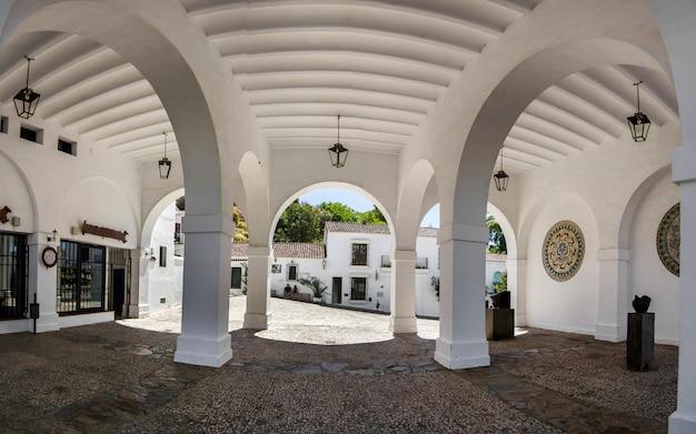 Vue de beaux arcs d'un bâtiment situé à aracena, en espagne.