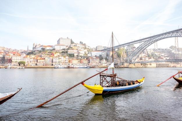 Vue sur les beaux bateaux traditionnels portugais sur le fleuve douro à porto, portugal