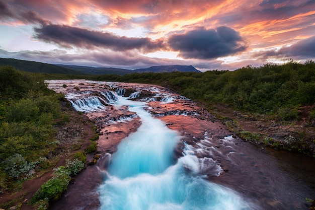 Vue de la belle cascade de bruarfoss en été dans le sud de l'islande
