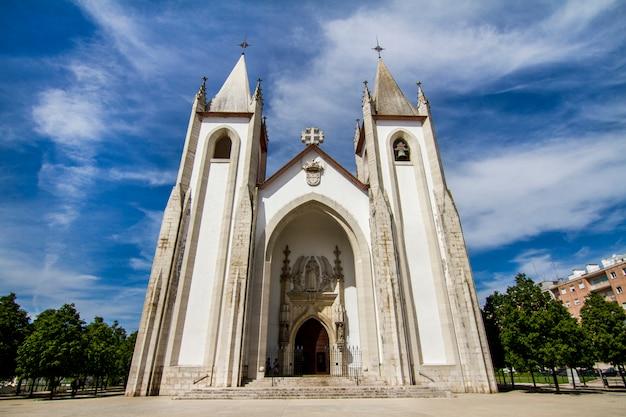 Vue de la belle église de santo condestavel, située à lisbonne, au portugal.