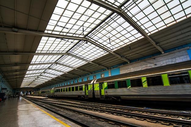 Vue de la belle gare de santa apolonia située à lisbonne, au portugal.
