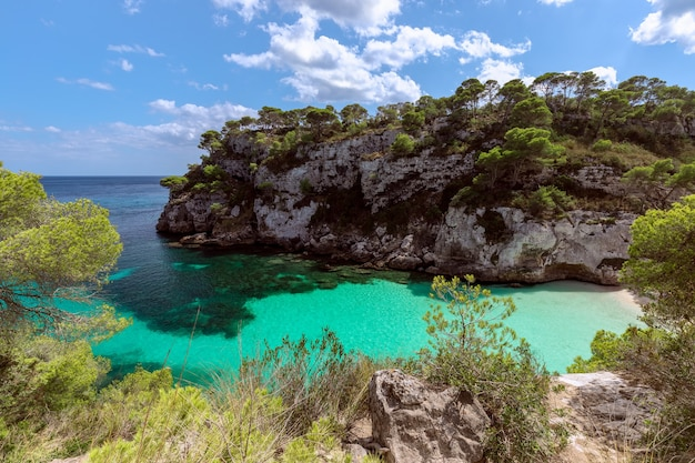 Vue de la belle petite plage cala macarelleta avec de l'eau émeraude claire de l'île de minorque, iles baléares, espagne