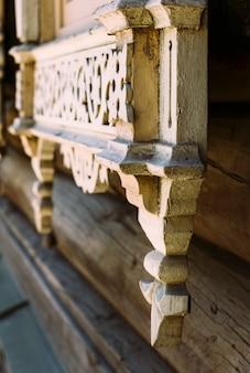 Vue sur une belle vieille fenêtre en bois