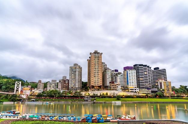 Vue de bitan dans le quartier de xindian, new taipei city, taiwan