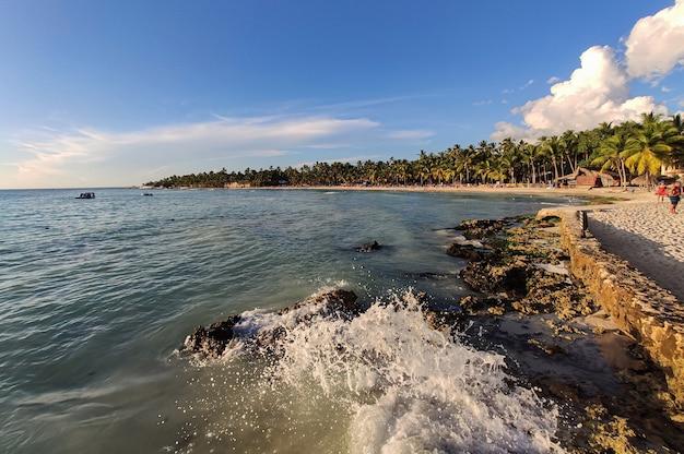 Vue sur le bord de mer de la plage de dominicus (bayahibe) en république dominicaine au coucher du soleil