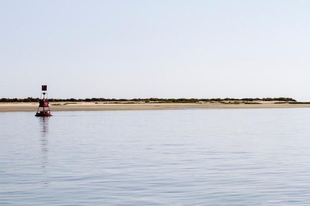 Vue d'une bouée de navigation rouge flottante sur la mer.